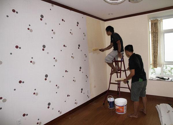 Cách trang trí giấy dán tường giá rẻ cho từng loại tường tại TPHCM